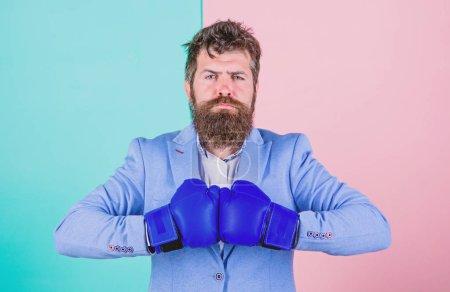 Photo pour Développer une stratégie gagnante. Le sport améliore ses compétences en leadership. Homme barbu en position de boxe. Homme d'affaires en tenue formelle avec gants de boxe. Boxer. Lutter pour le succès dans le sport et les affaires . - image libre de droit