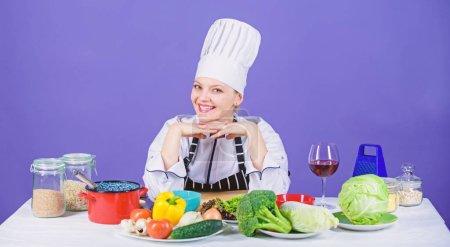 Photo pour Plat vers le haut avec légume recette. Happy cook cuisine dinatoire avec recette de légume frais. Préparation de repas végétarien avec recette cuisson. Jolie chef suivant légumier côté recette. - image libre de droit