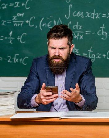Photo pour Mauvais au téléphone. Les hommes d'affaires essaient d'acheter en ligne par téléphone. Cyber-lundi. L'enseignant utilise le téléphone portable pendant la leçon. Problèmes lors des appels téléphoniques. - image libre de droit