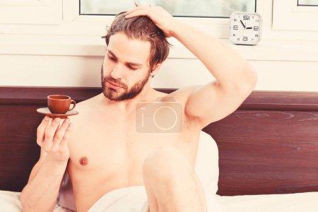 Photo pour Homme ressentant des maux de dos dans le lit après avoir dormi. Photo montrant un jeune homme s'étirant dans son lit. L'homme se réveille - image libre de droit