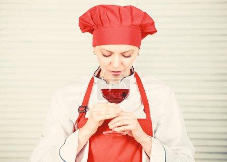 Photo pour La ménagère prépare le repas avec du vin. Femme au foyer routine quotidienne. Fille adorable chef. Femme au foyer cuisine et boire du vin. Profitez d'idées faciles pour le dîner. La femme apprécient la nourriture de cuisson. Entretien ménager et culinaire. - image libre de droit
