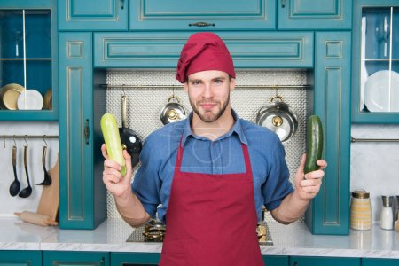 Photo pour Des légumes frais. Beau cuisinier en cuisine. Le chef suit la recette. Cuisiner le dîner avec une recette traditionnelle. Préparation des repas. Aliments sains. Cuisine professionnelle. La cuisine traditionnelle. L'homme à la cuisine. - image libre de droit