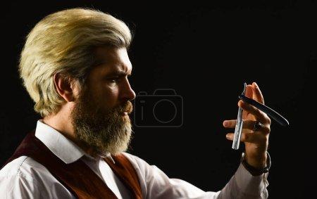 Photo pour Découpe ou rasage. Services de coiffeur. Gardez votre apparence soignée toute l'année. Hipster Barber. Homme avec barbe et moustache. Homme mûr cheveux teints. Salon de coiffure vintage. Outils de coiffeur. - image libre de droit