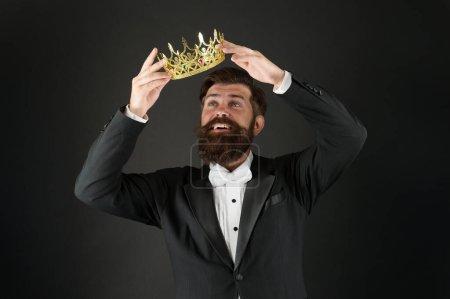 Photo pour La responsabilité étant roi. Beau barbu souriant gars roi. La couronne royale. Un égoïste égoïste. Syndrome d'Imposteur. Complexe de supériorité. Personne narcissique. Aime toi. Sens de l'importance de soi. - image libre de droit