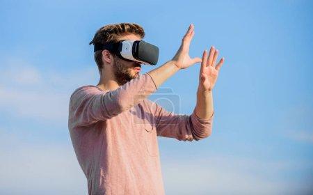 Photo pour Amusant avec casque de réalité virtuelle. Jouer au jeu virtuel. masque de réalité virtuelle gars. macho homme porter des lunettes VR sans fil.. sexy homme ciel fond vr lunettes. la réalité masculine dans le monde numérique. Utiliser un casque vr . - image libre de droit