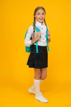 Photo pour Elève avec de longues tresses allant à l'école. Totalement prêt. Écolière vie quotidienne. Club scolaire. Enseignement privé. Jeune avec sac à dos. Jolie écolière souriante. Fille petite écolière porter sac à dos. - image libre de droit