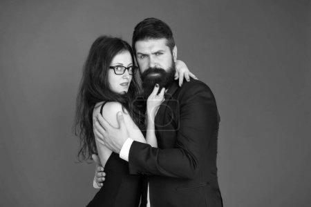 Photo pour Nous sommes différents mais nous nous aimons. Couple amoureux fond rouge. Homme barbu embrasser femme sexy. Rendez-vous amoureux. Amour et romantisme. Une relation amoureuse. Saint Valentin . - image libre de droit