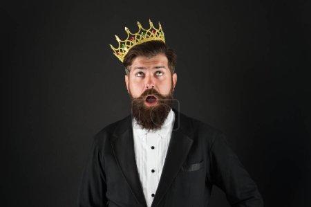 Photo pour Sens de l'importance de soi. La responsabilité étant roi. Tout ce qu'ils disent est vrai. Un beau roi barbu. La couronne royale. Un égoïste égoïste. Complexe de supériorité. Personne narcissique. Aime-toi. - image libre de droit