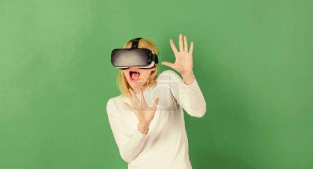 Photo pour Femme utilisant un casque de réalité virtuelle. Jolie femme jouant au jeu en lunettes de réalité virtuelle. Femme VR - image libre de droit