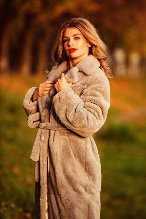 Photo pour Tenue automne femme. vêtements pour l'hiver européen. élégante femme porter manteau de fourrure. dame élégante porter fausse fourrure. Textures polyvalentes. mode et beauté. femme d'affaires réussie en plein air . - image libre de droit