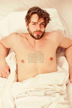 Photo pour Un bel homme bâillant et étirant les bras. Un jeune homme joyeux se réveille après avoir dormi le matin. Espoir du matin - image libre de droit