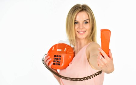 Comment faire du selfie ici. Stéréotypes sur les blondes. Interlocuteur ludique. L'administrateur répond au téléphone. Secrétaire à l'ancienne. Des gadgets obsolètes. Adorable interlocutrice féminine. Concept d'interlocuteur