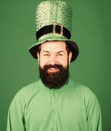 Photo pour St patricks jour férié connu pour les défilés trèfles et toutes choses irlandaises. Fête mondiale. Chapeau homme barbu hipster porter. Saint Patrick jour férié. Partie verte de la célébration. Bonne journée patricks . - image libre de droit