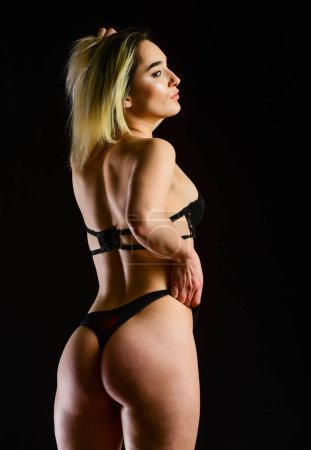 Photo pour Je l'attends. femme sexy porter de la lingerie érotique. fille sensuelle habillée en sous-vêtements. beauté et mode. femme a le corps mince et en forme. femme sensuelle isolée sur noir. exprimer sa sexualité. - image libre de droit
