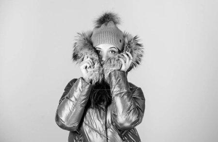 Photo pour Je me sens gelé. Joyeuses vacances d'hiver. Noël arrive. fille en bonnet chapeau. fausse fourrure mode. grippe et rhume. mode saisonnière. beauté dans les vêtements d'hiver. achats de saison froide. femme en manteau chaud rembourré. - image libre de droit