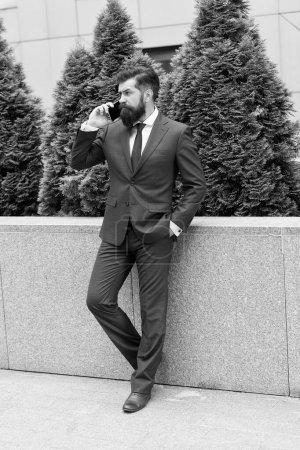Bonjour, ma chère. Restez connectés. Homme d'affaires parler téléphone portable. Bel homme avec téléphone portable extérieur. Téléphone à usage professionnel. Mode de vie mobile. Communication d'affaires. Nouvelle technologie. Appel d'affaires