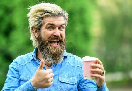 Photo pour Une qualité parfaite. Coupe personnelle. Café de troisième vague. Un homme qui boit du café. Café et restaurant. Mesures de sécurité. L'homme boit du café fond déconcentré. Emportez le café. Une tasse en papier. Joie et plaisir. - image libre de droit