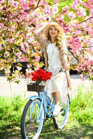 Photo pour Excursion au parc. Balades à vélo. Le cerisier fleurit. Femme vélo vintage. Fille et fleur de sakura. La saison du printemps. Tours à vélo. Découvrez la culture tout en faisant du vélo aventure. - image libre de droit
