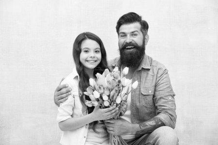 Photo pour Fête d'anniversaire. Bouquet de tulipes homme. Père donnant tulipes fille. Papa avec des fleurs. Journée internationale de la femme. Fleuriste. Tradition familiale. Elle vaut tous les trésors. Tulipes tendres pour fille. - image libre de droit