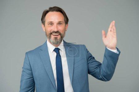 Photo pour Homme d'affaires souriant homme mûr agitant la main, accueillant concept de clients. - image libre de droit