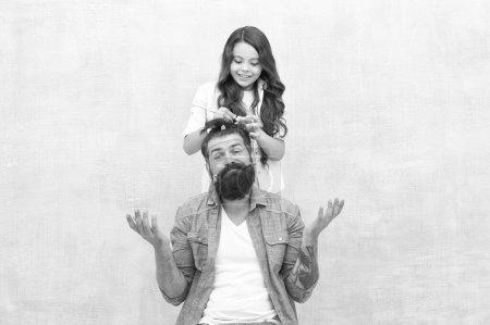 Photo pour Fête des pères avec sa fille à la maison. Fille créant des cheveux de pères. Beau père avec une petite fille. Heureux père et fille. petite fille aime son papa. heureux jour des pères. famille. - image libre de droit
