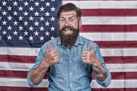 Flagge ist sein Stolz. Unabhängigkeitstag der USA am 4. Juli. glücklicher Mann an der US-Nationalflagge. Arbeit und Reisen in den USA. er ist wahrer Amerikaner. Glückliche Menschen feiern den 4. Juli. Patriotismus und Freiheit