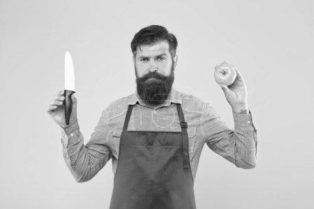 Photo pour Liste ultime des techniques de coupe que chaque chef doit connaître. Un barbu prépare la tomate. Le chef prépare le repas. Coupe sûre. Des légumes coupants. Recette de salade fraîche. Mature homme tenir couteau et légumes. - image libre de droit