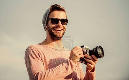 Photo pour Apportez de la joie avec chaque photo. macho avec caméra. voyager avec une caméra. style masculin de mode. à la mode. capturer aventure. journaliste. photographe à lunettes. homme sexy journaliste touristique. - image libre de droit