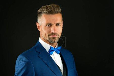 Photo pour Fashion model homme porter smoking noeud papillon élégant gentleman, concept de fête de mariage. - image libre de droit