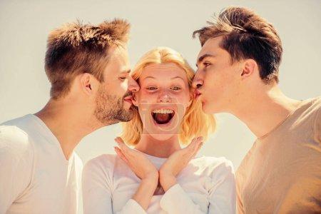 Photo pour On adore s'embrasser. liens familiaux et amour. vacances d'été. C'est l'heure de se détendre. groupe de personnes en plein air. concept de paradis. des sommets de succès. femme heureuse et deux hommes. amis joyeux. relations d'amitié. - image libre de droit