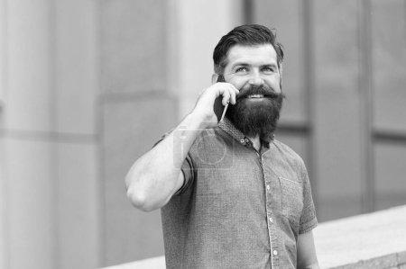 Compétences sociales et communicatives. Joyeux discours hipster sur téléphone portable à l'extérieur. Communication mobile. Communication cellulaire. Communication téléphonique. Technologies de communication. La vie moderne
