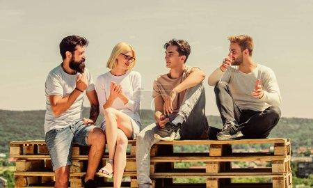 Photo pour On aime passer du temps ensemble. meilleurs amis. Vacances d'été. groupe de quatre personnes. grand ajustement pour le jour de congé. des jeunes qui parlent ensemble. Groupe de personnes en tenue décontractée. heureux les hommes et fille relax. - image libre de droit
