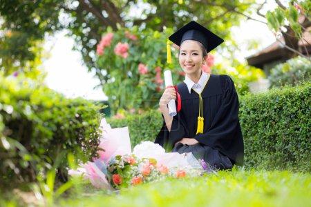 Heureuse étudiante diplômée - félicitations de succ éducation