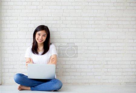 Belle de portrait asiatique jeune femme excité et heureux de succ