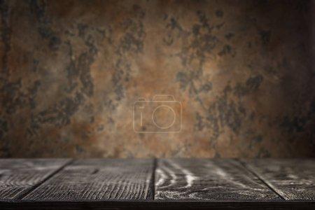 Foto de Textura de madera con fondo de metal oscuro oxidado - Imagen libre de derechos