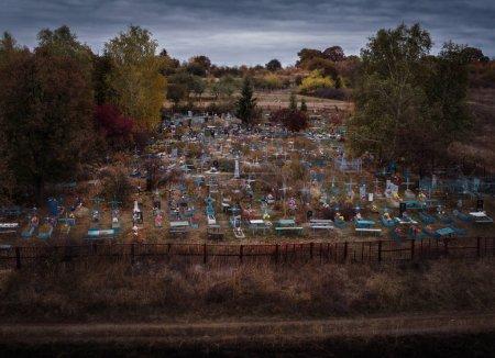 Photo pour Cimetière en automne - vue de dessus - image libre de droit