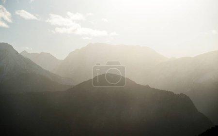 Photo pour Une vue sur les Alpes françaises culmine par temps clair avec un ciel bleu. Massif des Ecrins - image libre de droit