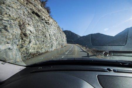 Photo pour Une vue depuis une voiture sur une route asphaltée en montagne près du lac Lac de serre-poncon dans les Alpes françaises par temps clair - image libre de droit