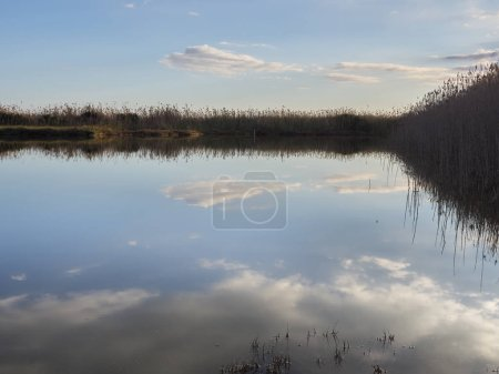 Photo pour Vue sur le lac calme pendant la journée - image libre de droit