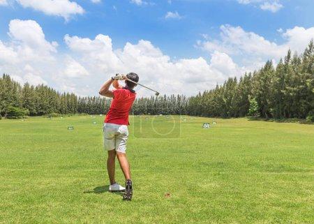 Photo pour Golfeur en action frapper le tir de golf pendant la pratique de conduite dans les panneaux de cour de golf - image libre de droit