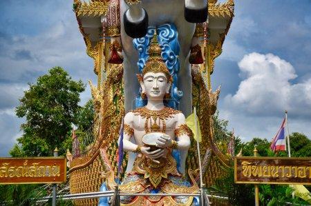 Photo pour Kanchanaburi, Thaïlande 08.17.2019 : Statue de la divinité, dieu ou déesse chevauchant un cheval blanc décoré de détails et traquant un bateau doré au temple Wat Chai Chumphon Chana Songkhram - image libre de droit