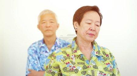 Photo pour Asiatique vieux couple malheureux argumenter, se battre tout en voyage voyage retraite - image libre de droit
