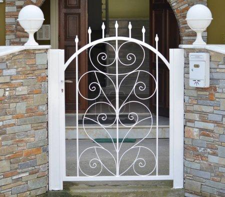 Photo pour Porte de maison privée - image libre de droit