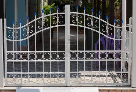 Photo pour Porte de garage privé - image libre de droit