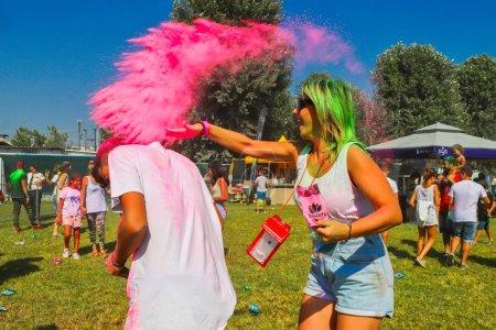 """Photo pour Thessalonique, Grèce - 2 septembre 2018 : Des foules de personnes non identifiées jettent de la poudre de couleur lors de l """"événement annuel"""" Journée des couleurs """" . - image libre de droit"""