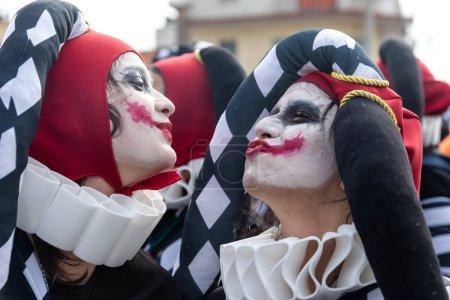 Photo pour Xanthi, Grèce - 18 février 2018 : Des gens vêtus de costumes colorés lors du défilé annuel de carnaval à Xanthi, en Grèce. L'événement est également très populaire parmi les pays du quartier . - image libre de droit