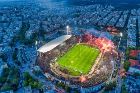 Photo pour Thessalonique, Grèce, 21 avril 2019: Tir aérien du stade Toumba rempli de fans du Paok célébrant la victoire du titre de champion de Grèce de La Super League. - image libre de droit