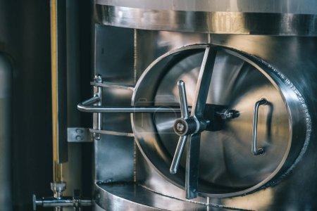Photo pour Équipement de brassage de bière artisanale dans la brasserie ! Réservoirs métalliques, production de boissons alcoolisées - image libre de droit