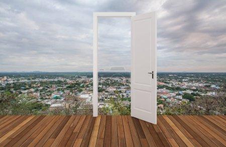 Photo pour Paysage derrière la porte d'ouverture - image libre de droit