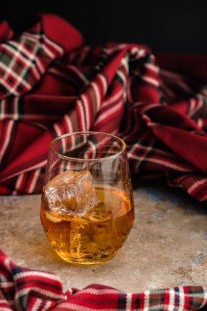 Photo pour Nature morte avec un verre de bourbon. Un verre de whisky glacé. Concept de rate d'automne . - image libre de droit